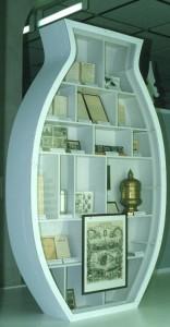 Vitrine in de vorm van een urn met voorwerpen en documenten over de opkomst van de crematiebeweging sinds 1874